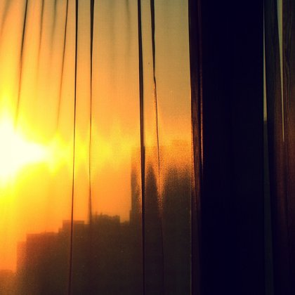 Vnímat z povzdálí rozzářené slunce přes závěs je nevšední zážitek.