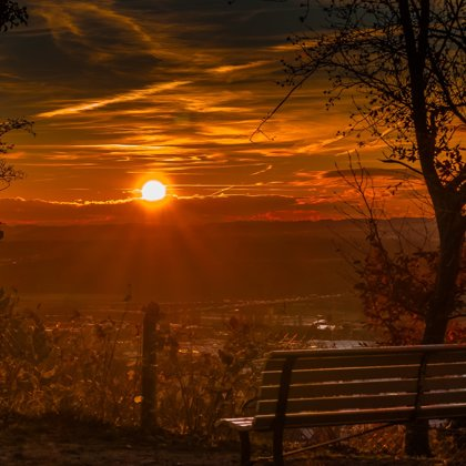Lavička směřuje na velmi mystický západ. Je to nádherné a tajemné zároveň.