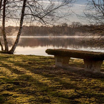 Poněkud opuštěná a ponurá krajina. Na lavičku už jen tak někdo neusedne.