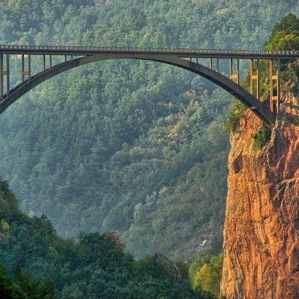 Neuvěřitelné! Most přes hlubokou propast!