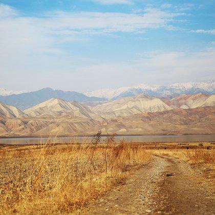 Je neúprosné ticho. Jen kopce, skály, voda bez života a suchá step. Jsme zpět v pravěku...